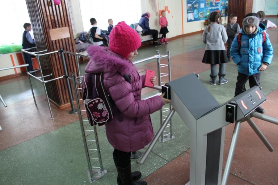 Ученики одной из школ Сатки скоро смогут попасть на уроки сдав отпечатки пальцев