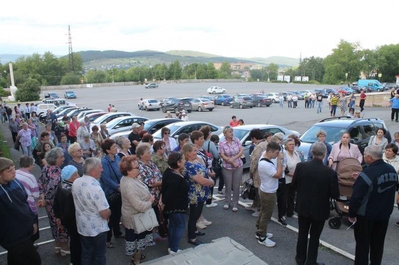 Жители Саткинского района вышли на митинг против строительства завода